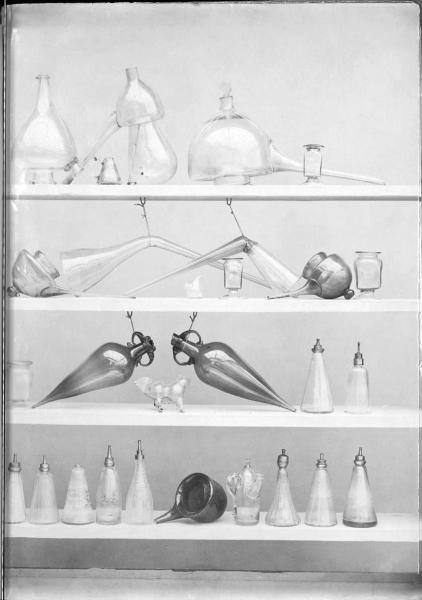 http://www.laurie-dallava.com/files/gimgs/11_blancard-hippolyte-ouvrage---album-de-platinotypies-collection-de-pots-de-pharmacie-1900-copie.jpg
