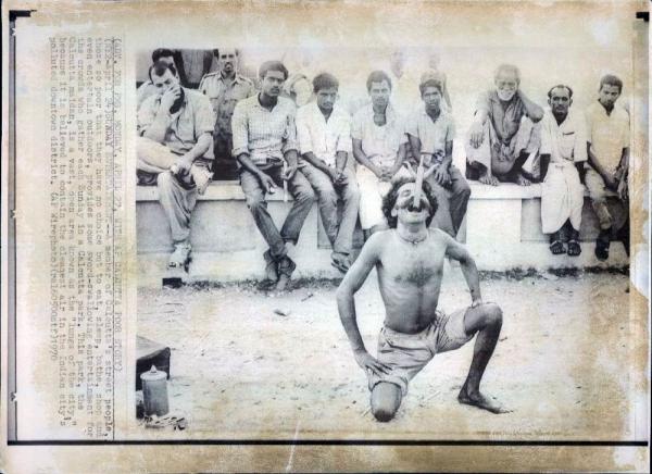 http://www.laurie-dallava.com/files/gimgs/11_sword-swallowing-trick-in-calcuta-kolkata---april-27-1970.jpg